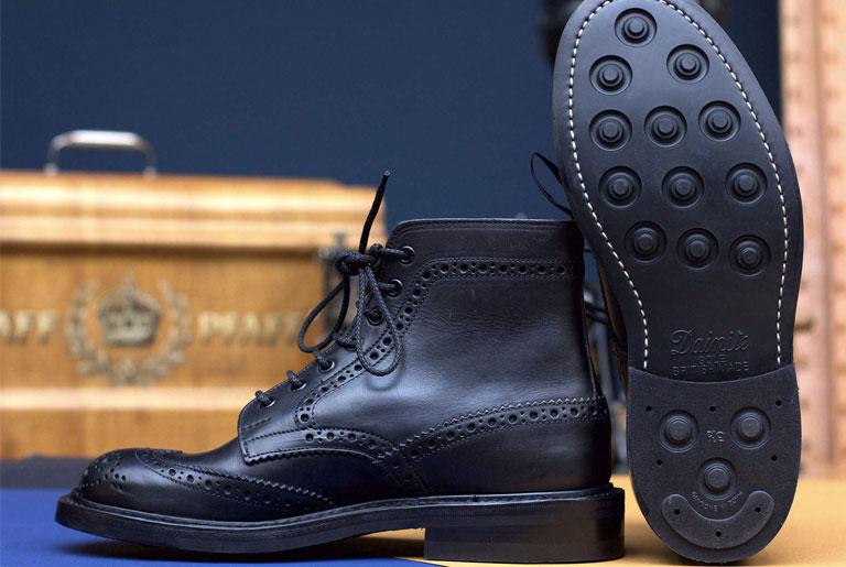 tenue-de-nimes-x-trickers-all-black-stow-boot-bottom