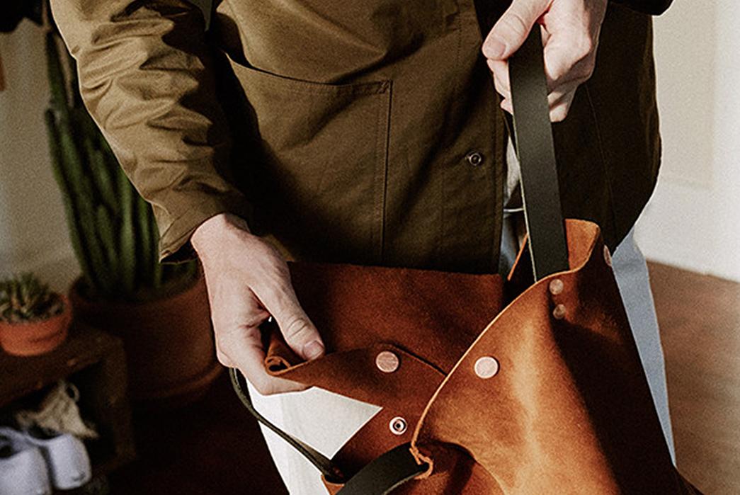 Knickerbocker-Mfg.-Co.-x-D'emploi-Suede-Souvenir-Mail-Bag-model-opening