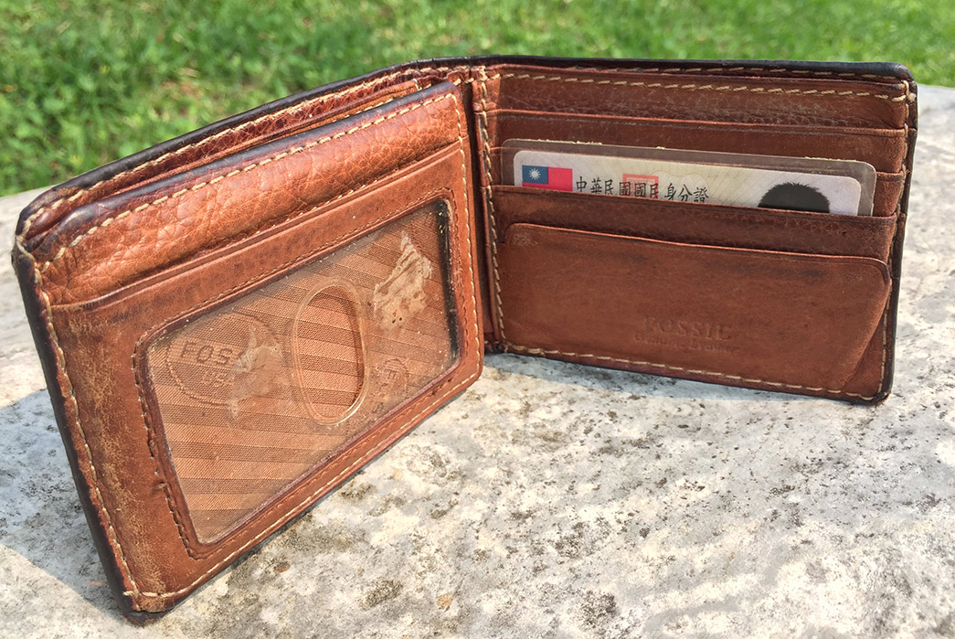 fade-of-the-day-fossil-traveler-wallet-10-years-open-inside-3