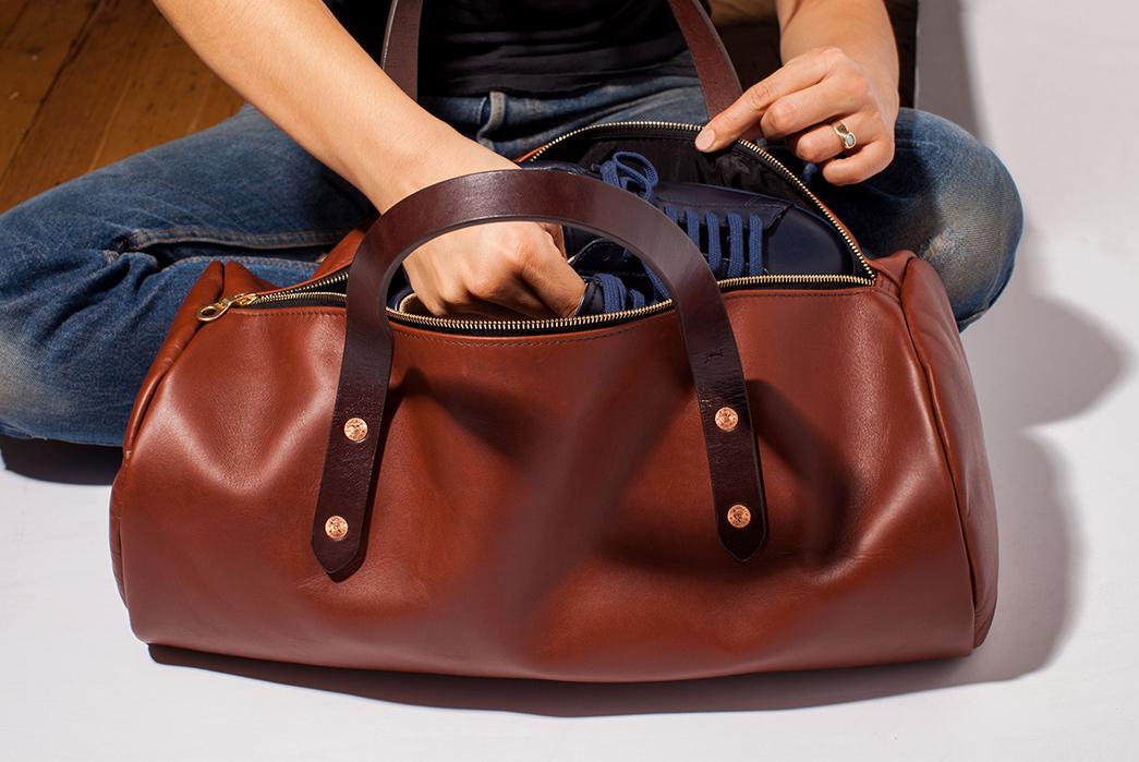 Joshu-+-Vela-Leather-Duffle-brown-with-model